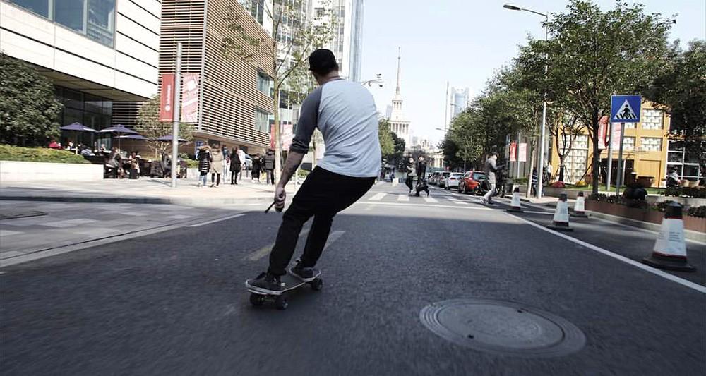 Skate électrique en action