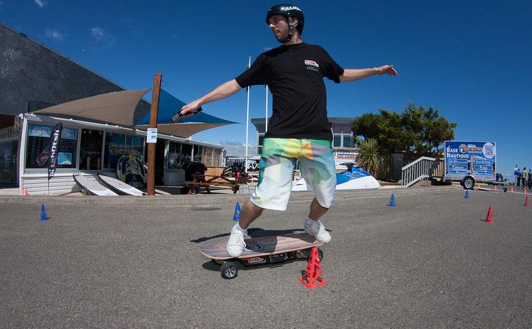 Slalom-en-skateboard-électrique
