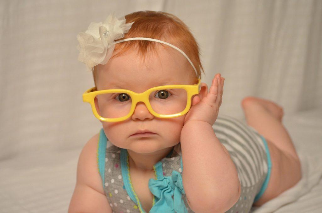 bébé fille aux lunettes jaunes