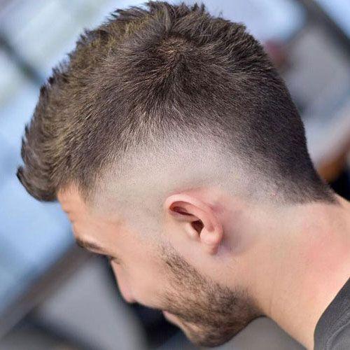 coupe de cheveux rasés sur les côtés