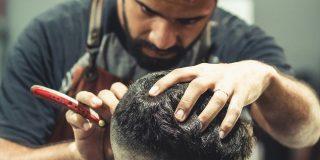 Séance de rasage du crâne en cours